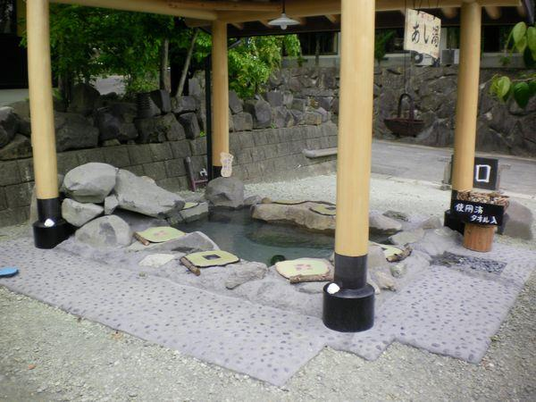 自然石を積み上げて風情があります。
