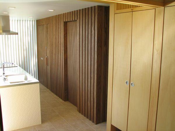 和室からキッチンを 木板壁が特徴