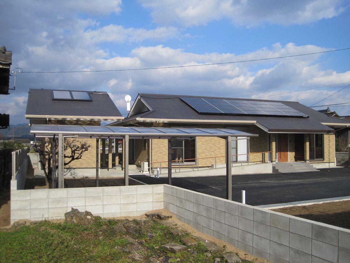 屋根には太陽光発電と太陽熱利用ガス給湯システムを搭載