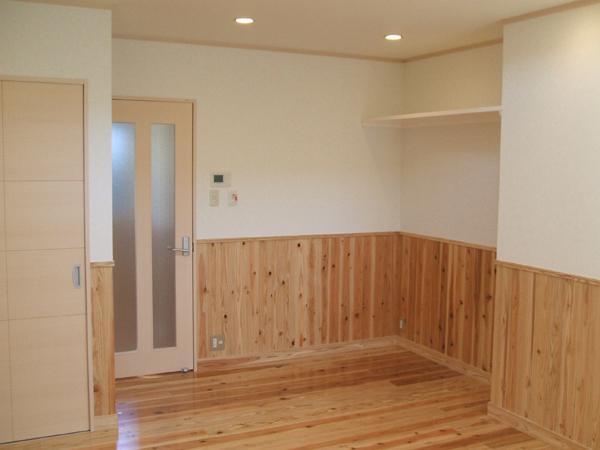 白壁+床材と合わせた木壁=ポップ&スイート!