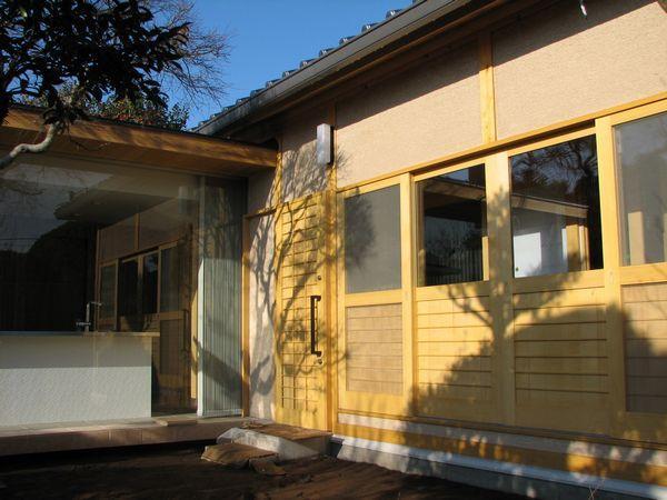 外観 玄関部 製作木製建具と外壁(塗り壁)が特徴