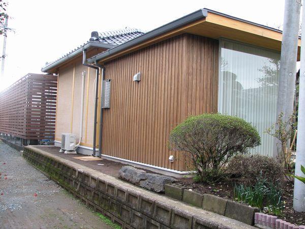 キッチン外部 木板壁とガラススクリーン
