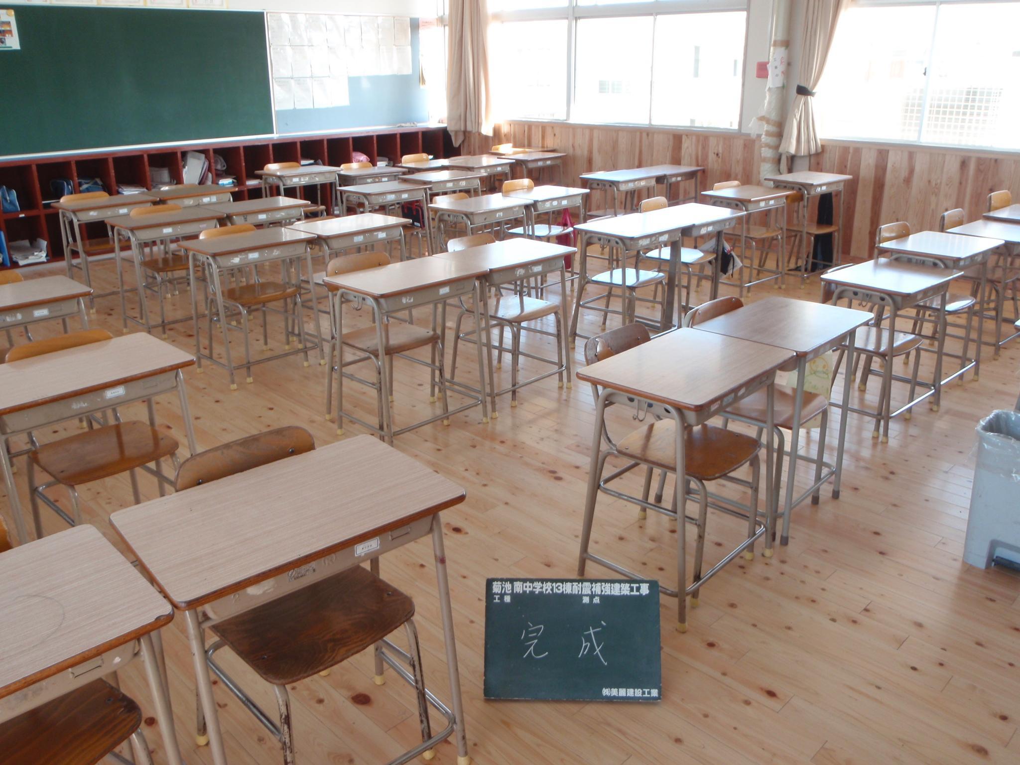 教室内の床(桧)、腰板(杉)張り