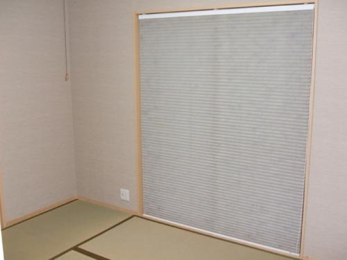 和室にも日の光いっぱい…大きめの窓