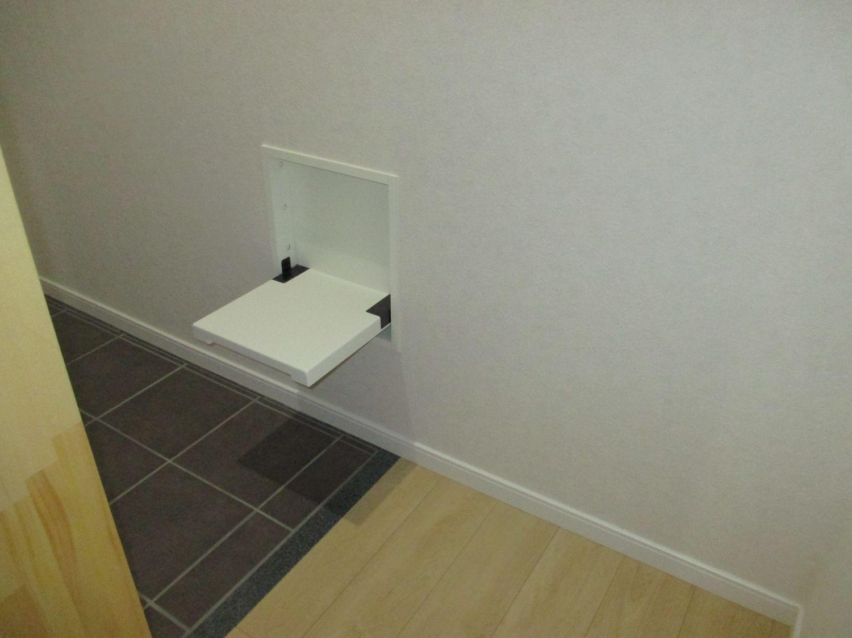 玄関:収納式腰かけの設置