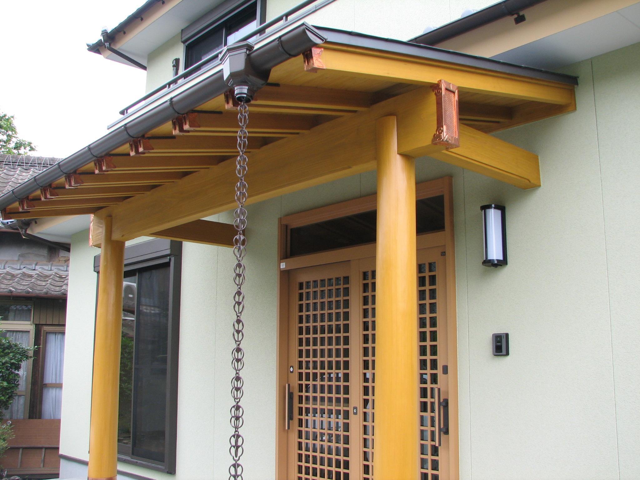 玄関ポーチの屋根 小口には銅板を施しています。
