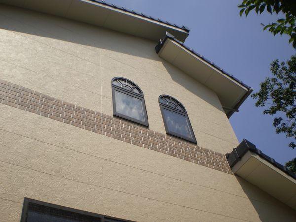 東側にはおしゃれなアーチ窓