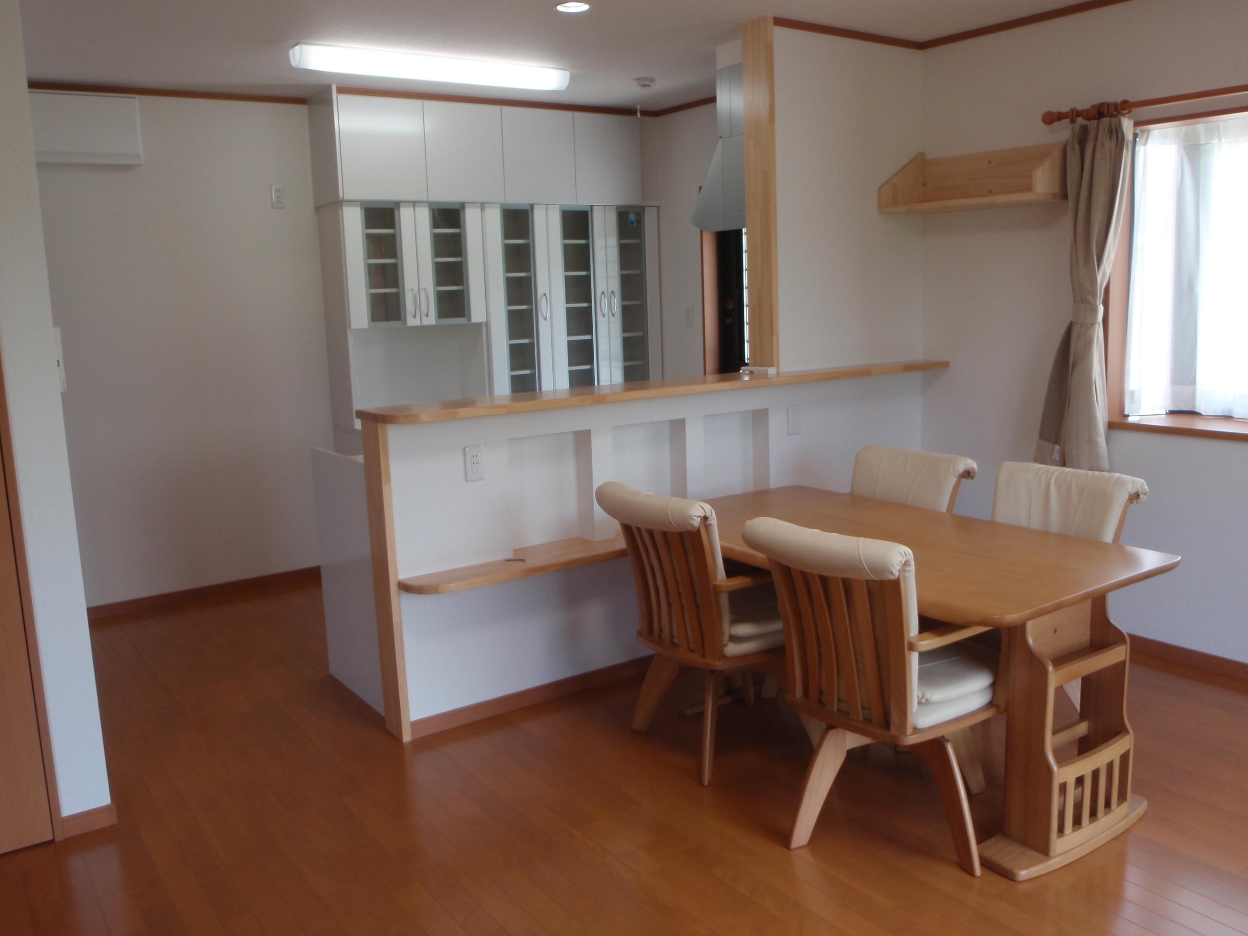 LDK~キッチン カウンター下の収納棚も特徴です。