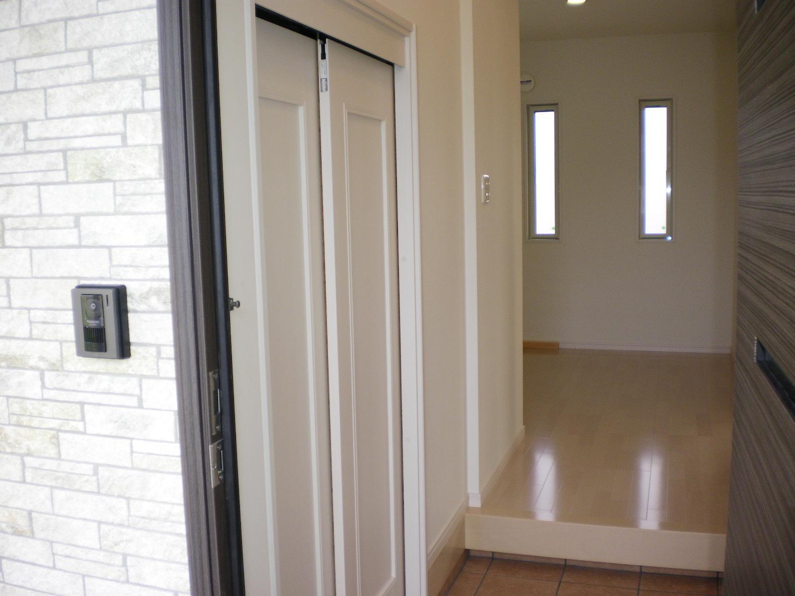 玄関収納(左) 靴のまま収納できます。