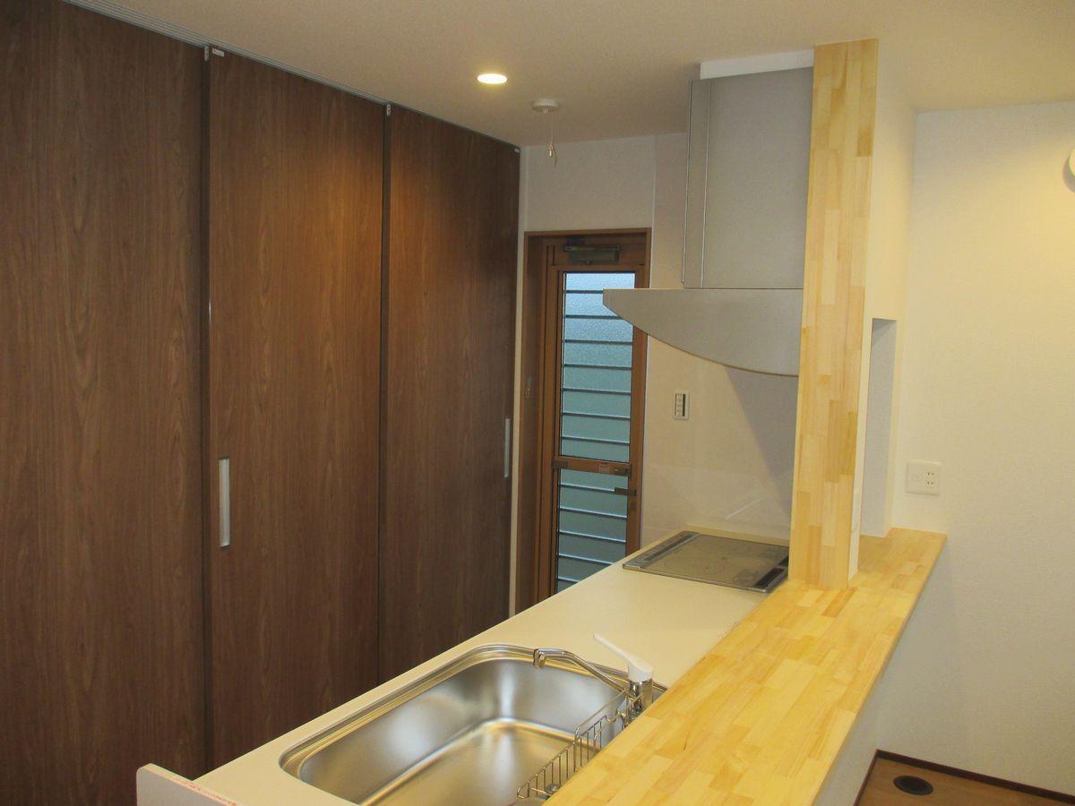 キッチン 背面には大容量の収納