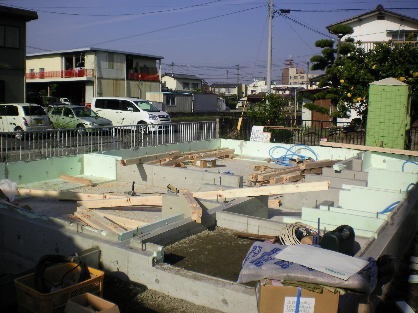 基礎工事完了 土台の敷込です。