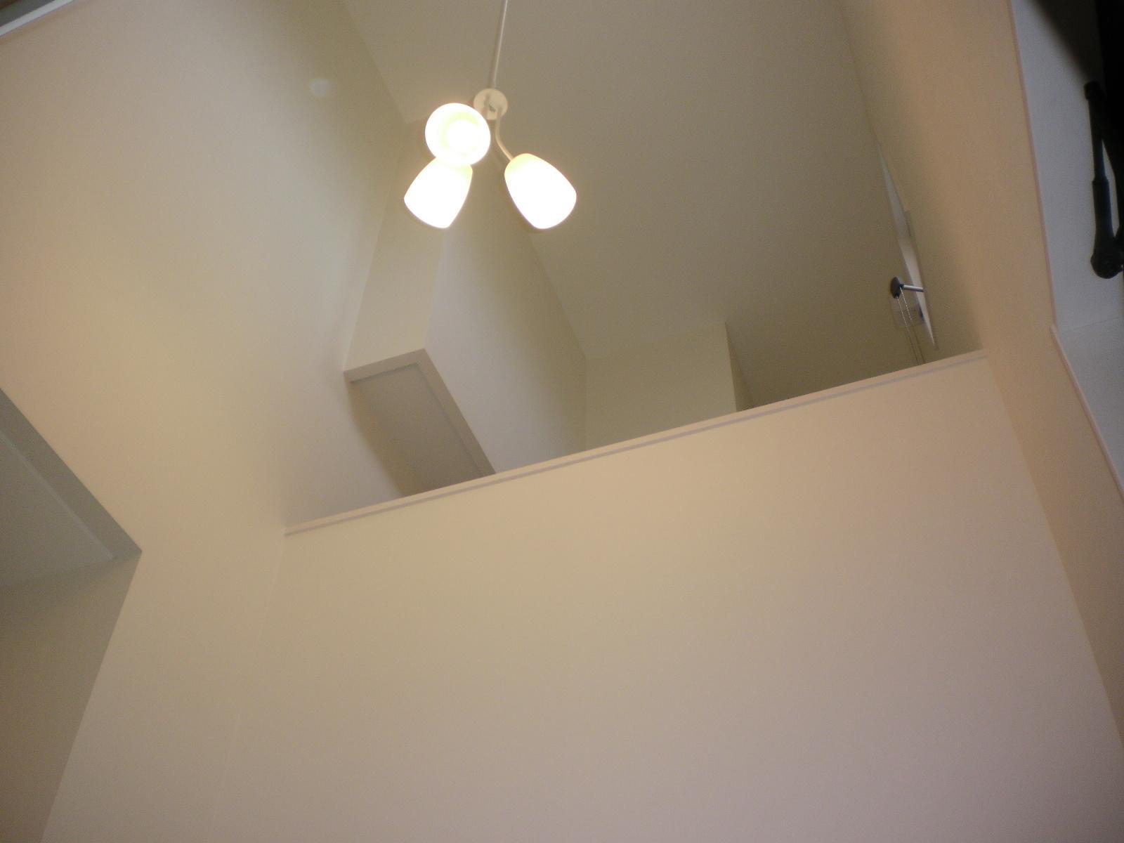 玄関吹抜け 凸部は寝室側のテレビ棚です。