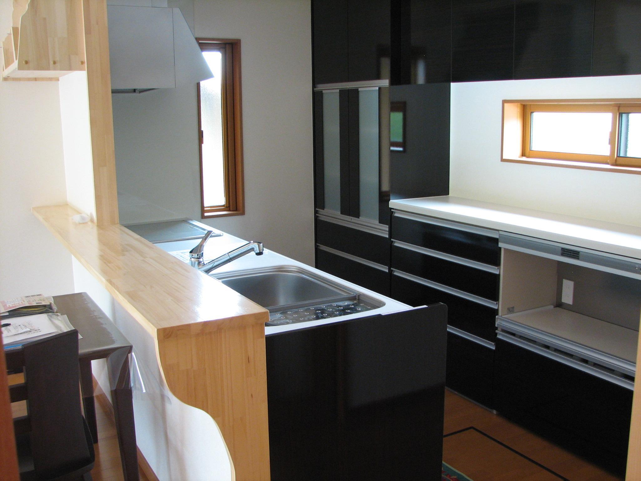落ち着いた配色のシステムキッチン IH・食洗器付き