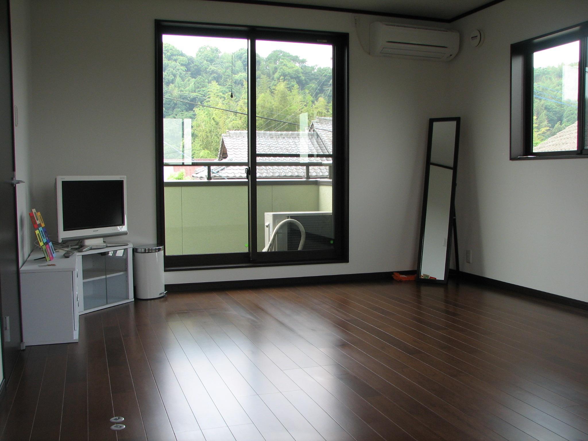 2F子供室 床も建具もシックな配色です。