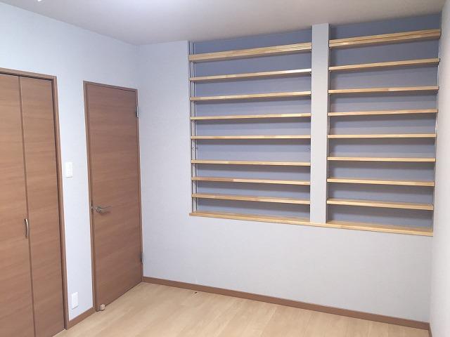 寝室には大量のCD収納ラックを作りつけ