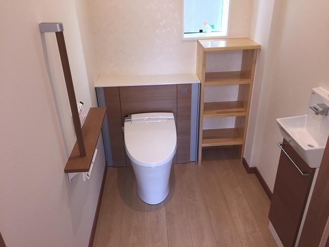 広々トイレ 収納棚は作りつけ